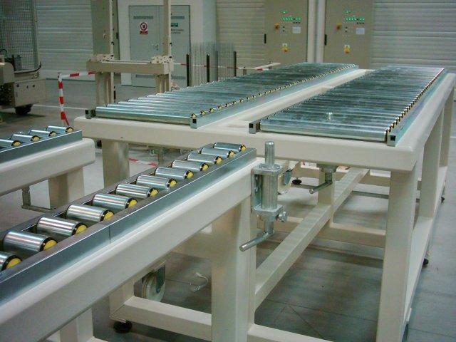 Tool exchange conveyor
