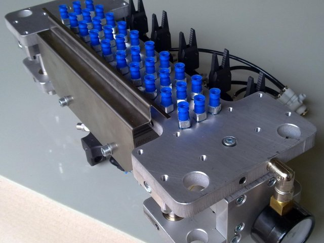 Removing parts from an injection moulding machine